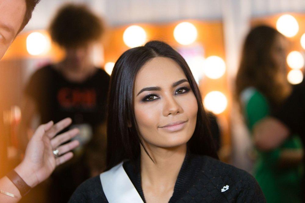 Miss Universe Thailand Chalita Suansane works her smokeys + nude combo.