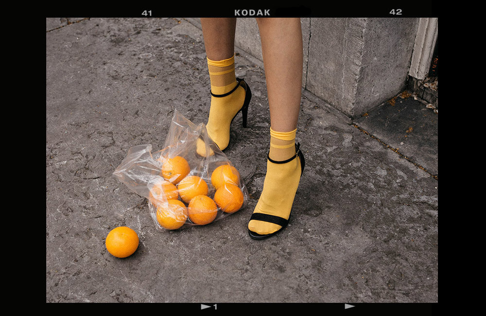 Bright-yellow-socks-with-mai-piu-senza-strappy-sandals-oranges-in-plastic-bag-trend-creative-content-fashion-influencer-beatrice-gutu-thefashioncuisine.jpg
