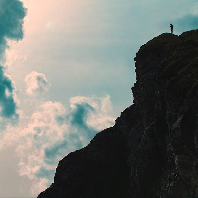 V A N T A G E  P O I N T 📷📷📷 Sometimes you need to make the climb to get the shot. ⛰😍 Loving this shot on the Cornwall Coast (one of our favourite places as there are so many great shoot locations!) . . . . _ #cornwalluk #cornwallcoast #cornwallphotography #cliffs #silhouetteshot #photographer #btsshot #portreath #newquay #cornwalllife #filmmakerlife #shotoncanon #filmlocation #locationscouting