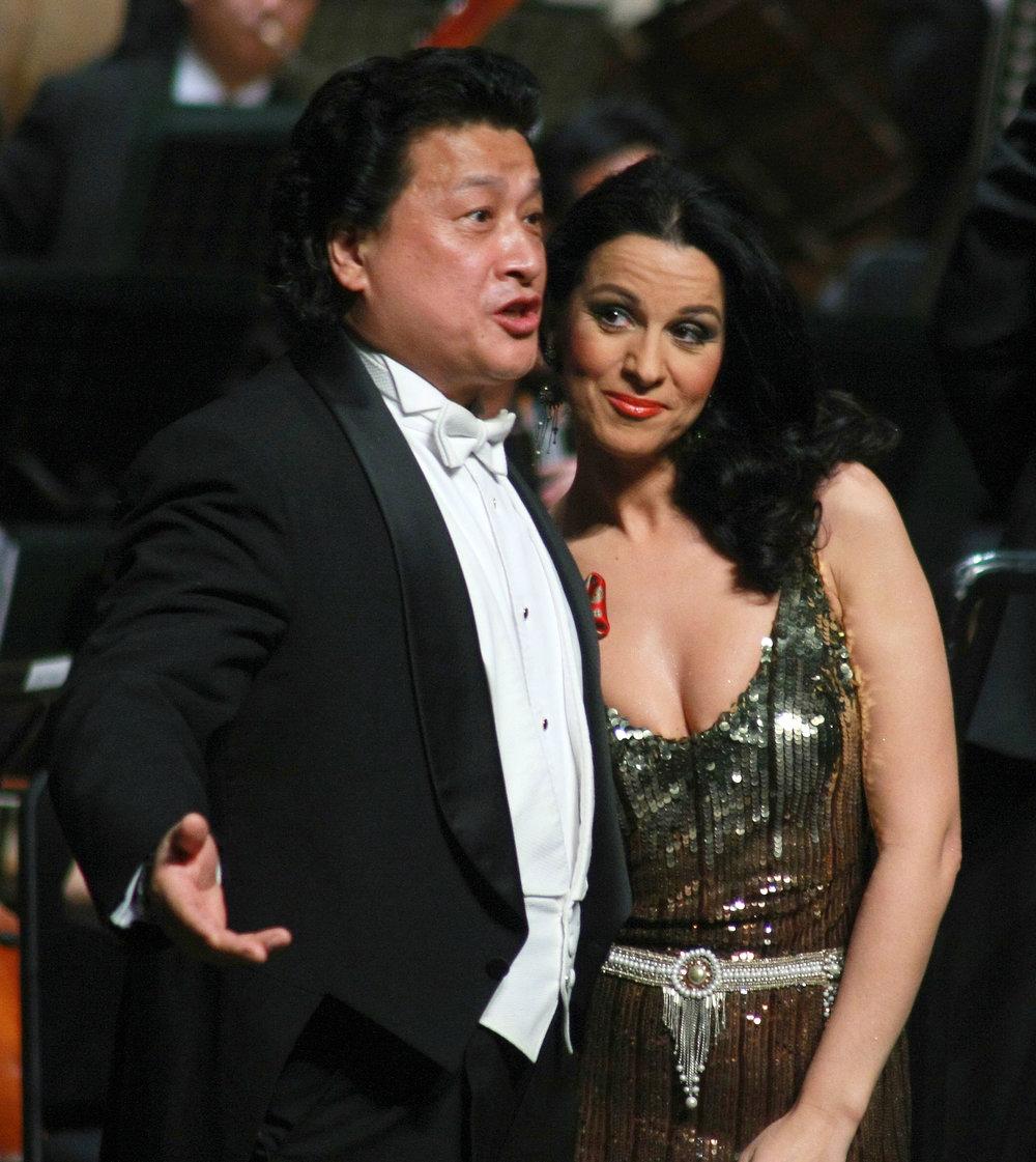 张建一与世界著名女高音歌唱家乔治乌在音乐会上.jpg