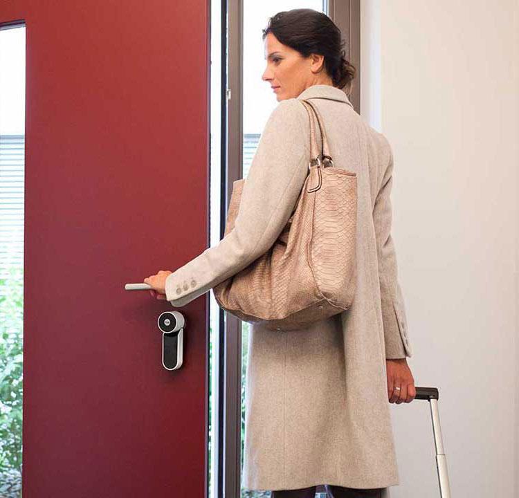 Einbruchschutz: Sicherer wohnen mit SmartHome - Lassen Sie Ihr Zuhause bewohnt aussehen, wenn sie unterwegs sind: mit automatischer Licht-, Rollladen- oder z.B. Radiosteuerung. Dazu Bewegungsmelder und smarte Kameras - oder die Verknüpfung von allem.