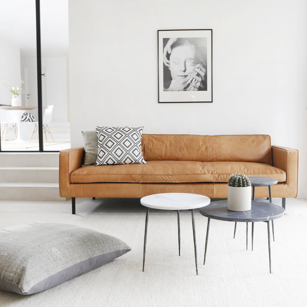 Cognac lederen sofa Loods 5 Slimm bank Woonwinkel Antwerpen Interieurwinkel inspiratie Furnified - Donum - Hay - Espoo - retro SF2.jpg