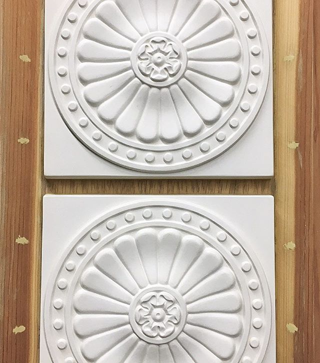 Have you ever seen such intricate hand-carved designs?! 😍 Perfection!!! #tiletuesday #tileaddiction #luxury #luxurytile #tile #luxuryhomes #luxurylifestyle #starbucks #interiordesign #interiordesigner #kitchendesign #kitchendetails #luxuryarchitechture #bathroomdesign #creative #art #homeimprovement #homedecor #homedesign #handcrafted #handmade