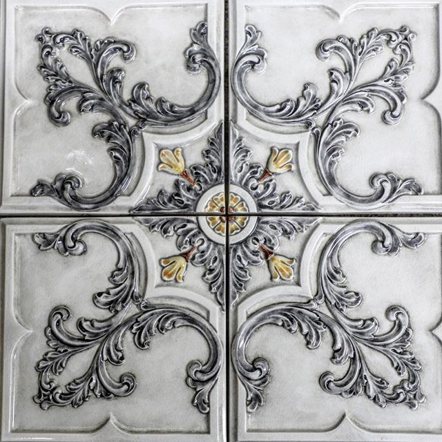 The finished product- handpainted and handcrafted by our ceramic artist. Its more than a backsplash, it's a one of a kind masterpiece ✨#tileaddiction #luxury #luxurytile #tile #luxuryhomes #luxurylifestyle #starbucks #interiordesign #interiordesigner #kitchendesign #kitchendetails #luxuryarchitechture #bathroomdesign #creative #art #homeimprovement #homedecor #homedesign #handcrafted #handmade