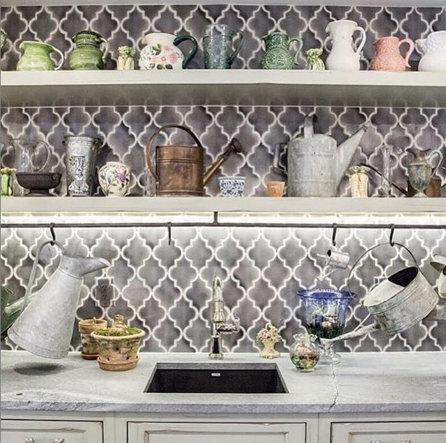 """RP: @thethomasbrickco """"This backsplash is getting us ready for spring 🌷🌼🌻🌺 check out our tile from @quemeredesigns designed by @somethingaboutashleigh from @sapphirepear ••• #interiordesign #tiledesign #designinspiration #ceramictile #customtile #handmadeceramic #arabesque #arabesquetile #homeinspo #gardening"""" . . . We love this backsplash and can't thank you enough for sharing! 💜"""