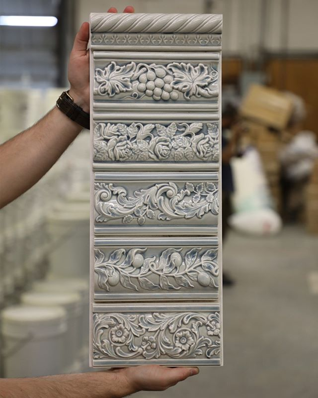 Our carvers also specialize in decorative trim pieces to showcase our unique craft 😍 Possibilities are endless! . . . #jungalowstyle #housetour #currentdesignsituation #finditstyleit #ihavethisthingwithtile #smallspacesquad #homerenovation #dreamkitchen #interiordesign #modernhome #cottagestyle #oldhouselove