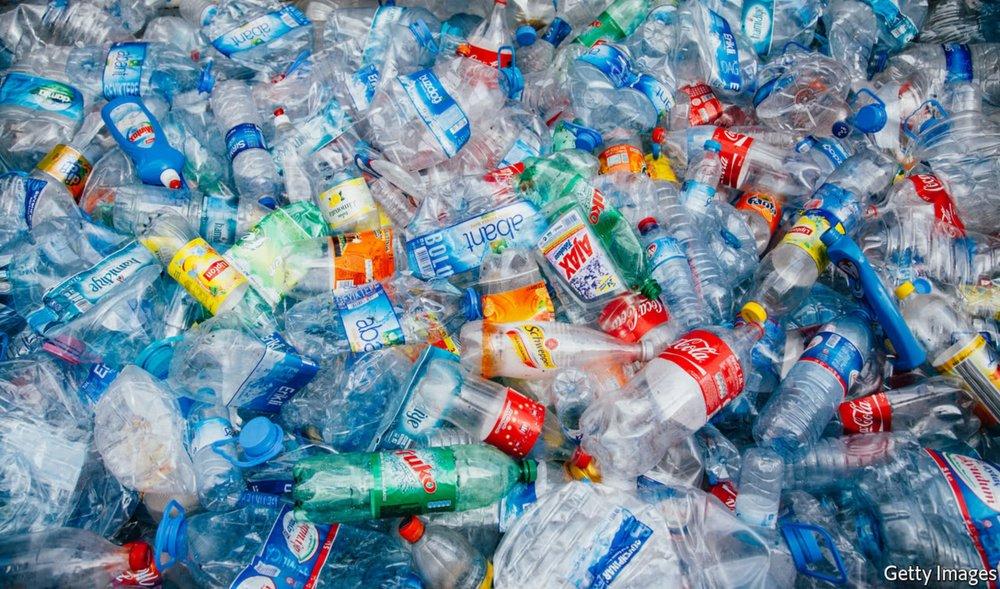 PLASTIC, PLASTIC EN NOG EENS PLASTIC - De Europese Commissie komt op 23 mei met de uitwerking van het verbod op eenmalig gebruik van plastic. Tenminste, dat was het plan. Een deel ervan is al uitgelekt, de NOS vertelt je er meer over.