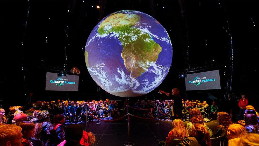 Climate planet Utrecht - De succesvolle internationale Climate Planet komt voor het eerst naar Nederland! Van 6 oktober tot 3 november staat deze wereldbol met de hoogte van een gebouw van zes etages op het nieuwe Jaarbeursplein in Utrecht. Een 360 graden film neemt je mee op een ruimtereis van de Big Bang tot in de verre toekomst en biedt inspiratie voor een duurzame toekomst.