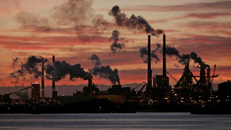 KLIMAATORGANISATIE URGENDA WINT, DE STAAT VERLIEST. - De Nederlandse Staat moet meer doen om de uitstoot van broeikasgassen terug te dringen. Dat heeft het gerechtshof in Den Haag bepaald. Daarmee wordt er gehoor gegeven aan de eis die klimaatorganisatie Urgenda aan de Staat heeft gesteld: maatregelen nemen zodat de uitstoot van broeikasgassen in 2020 is teruggedrongen met 25 procent ten opzichte van 1990. Dus geen tijd meer voor polderen, want de tijd dringt voor het Kabinet.