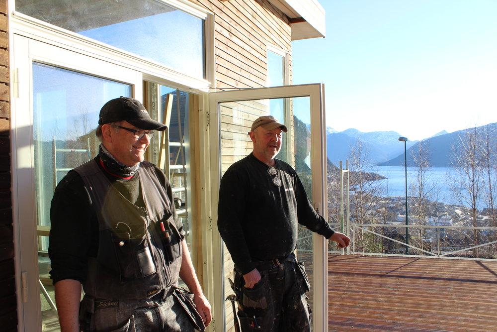 Jon-Inge Andenes og Lars Einar Eikrem nyt den fine utsikta medan dei arbeider med huset.