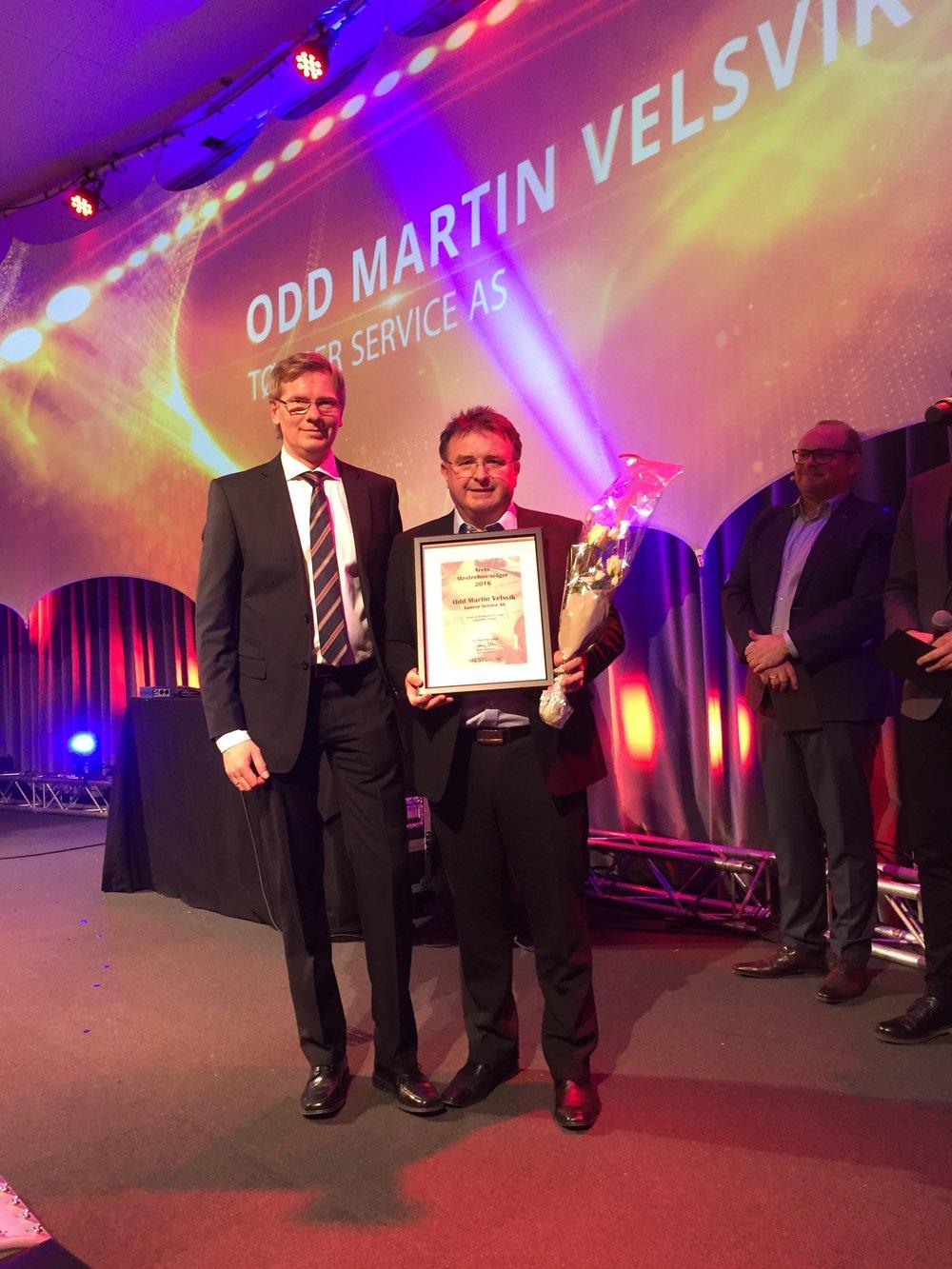 Kjededirektør i Mesterhus (t.v.) saman med Odd Martin Velsvik som nettopp har teke i mot prisen.