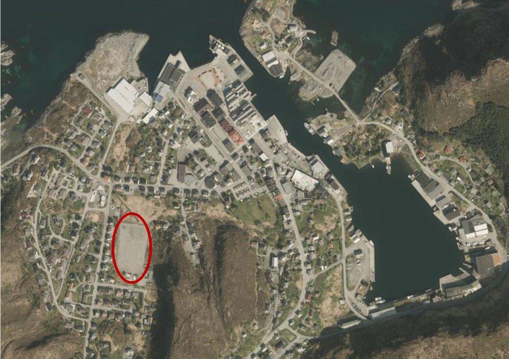 Flyfoto over Fosnavåg, Huldalsbana som blir bustadfelt er ringa rundt.