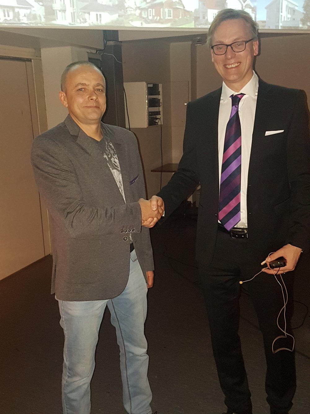 Romas Daunys (tv) fekk overrekt prisen frådagleg leiar Henning Heltne på årets julebord.