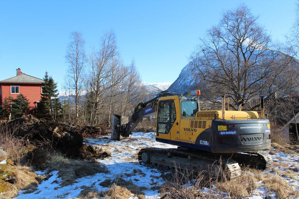 1. mars 2018: Hjelle Maskinlag har sett i gang med første gravetaka.