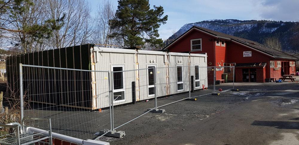 Bustadseksjonane er flytta til Mork Barnehage. Dei skal no renoverast og pussast opp av Mesterhus Sunnmøre