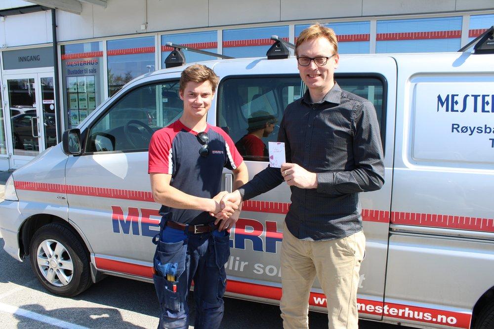 Magnus Hamre (tv)får gåvekort og gratulasjonar frå dagleg leiar Henning Heltne