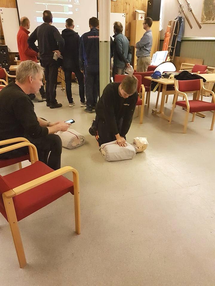 Alle prøvde HLR på dukker, og her er det Marius Ødegaard som prøvar seg, medan Willy Skogen tek tida og passar på at det vert gjort riktig.