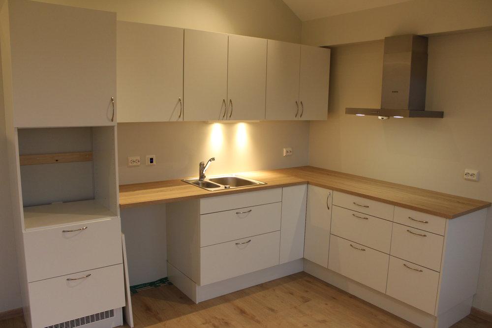 Kjøkkeninnreiing frå Hygge Design AS. Her er det berre å setje inn kvitevarer så er det komplett.