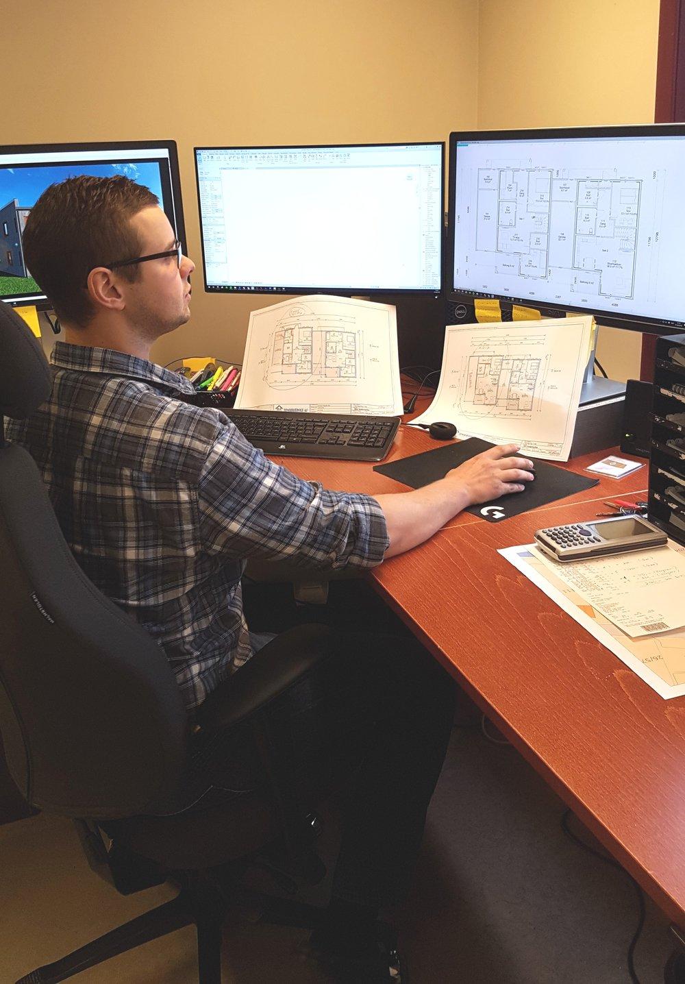 Foto: Jon Randen kan hjelpe med teikningar og planløysingar.