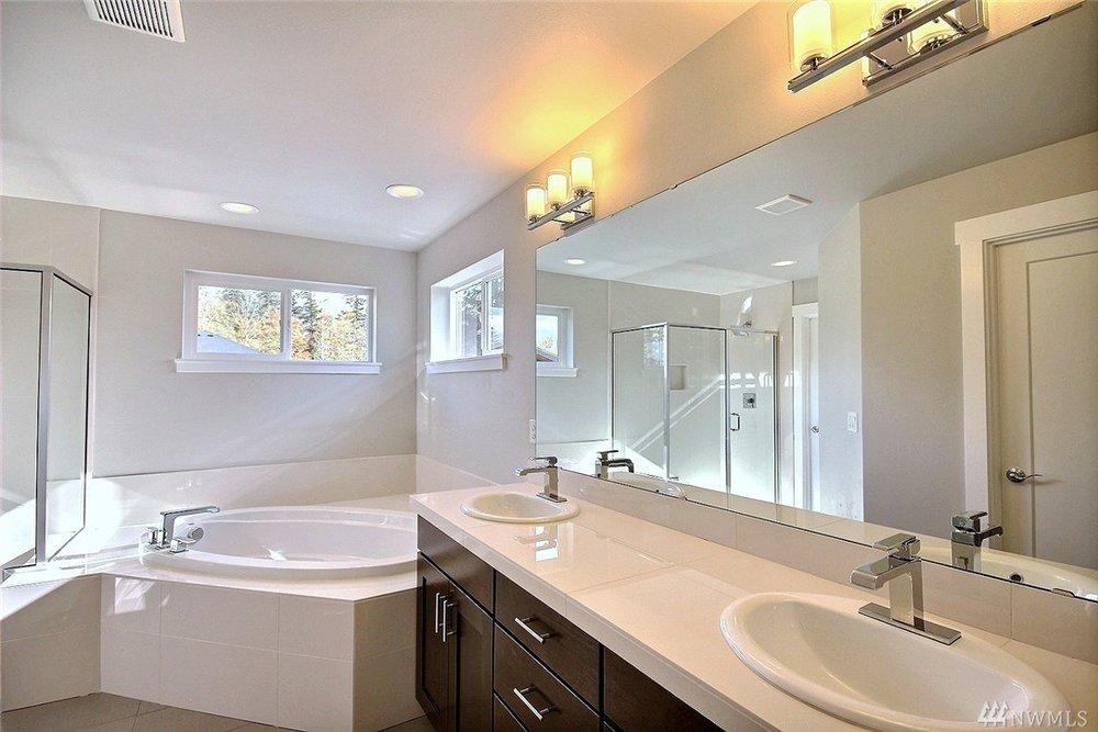 8402 Master Bath.jpg