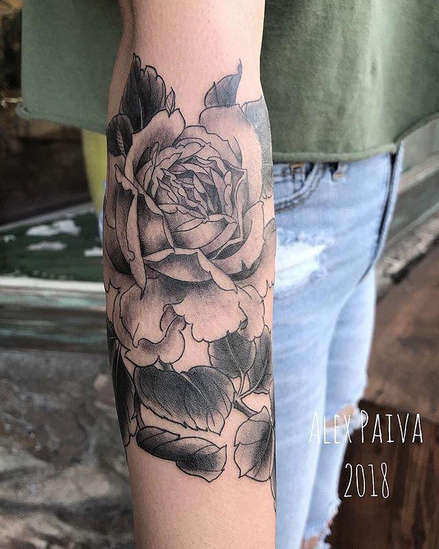 Rose by @alex_paiva_tattoo #rose #rosetattoo #tenthousandwavestattoo #tenthousandwavestattooandartgallery #shermanoaks #venturablvd #la