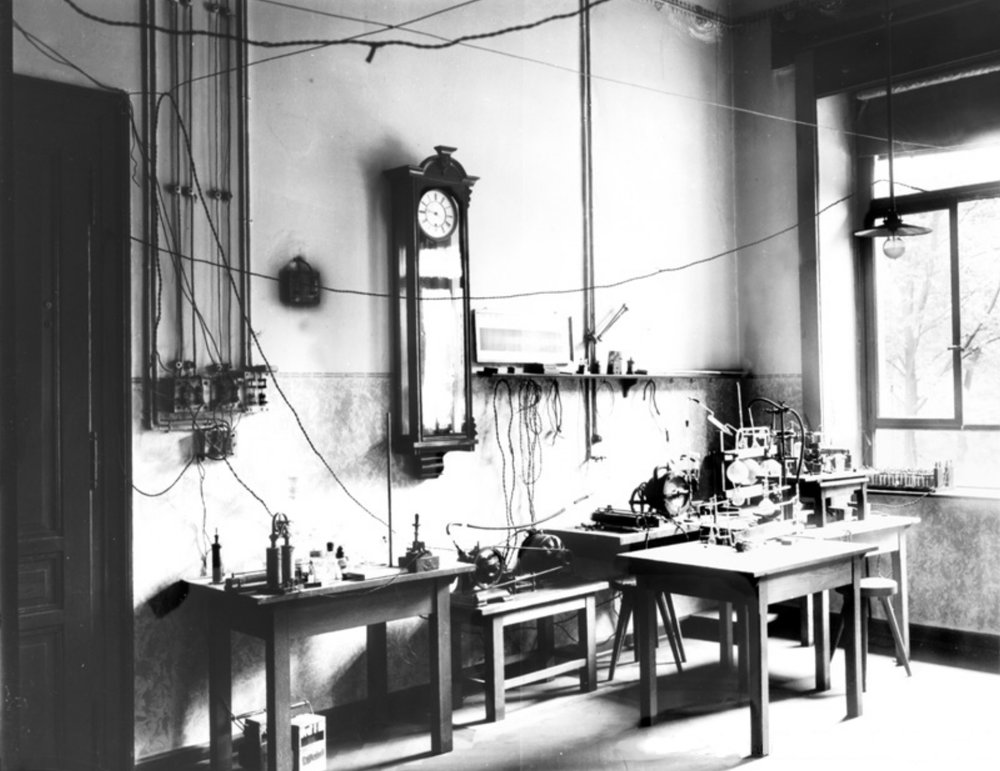 Röentgen's laboratory at the University of Würzburg, Germany. Wikimedia Commons, public domain.