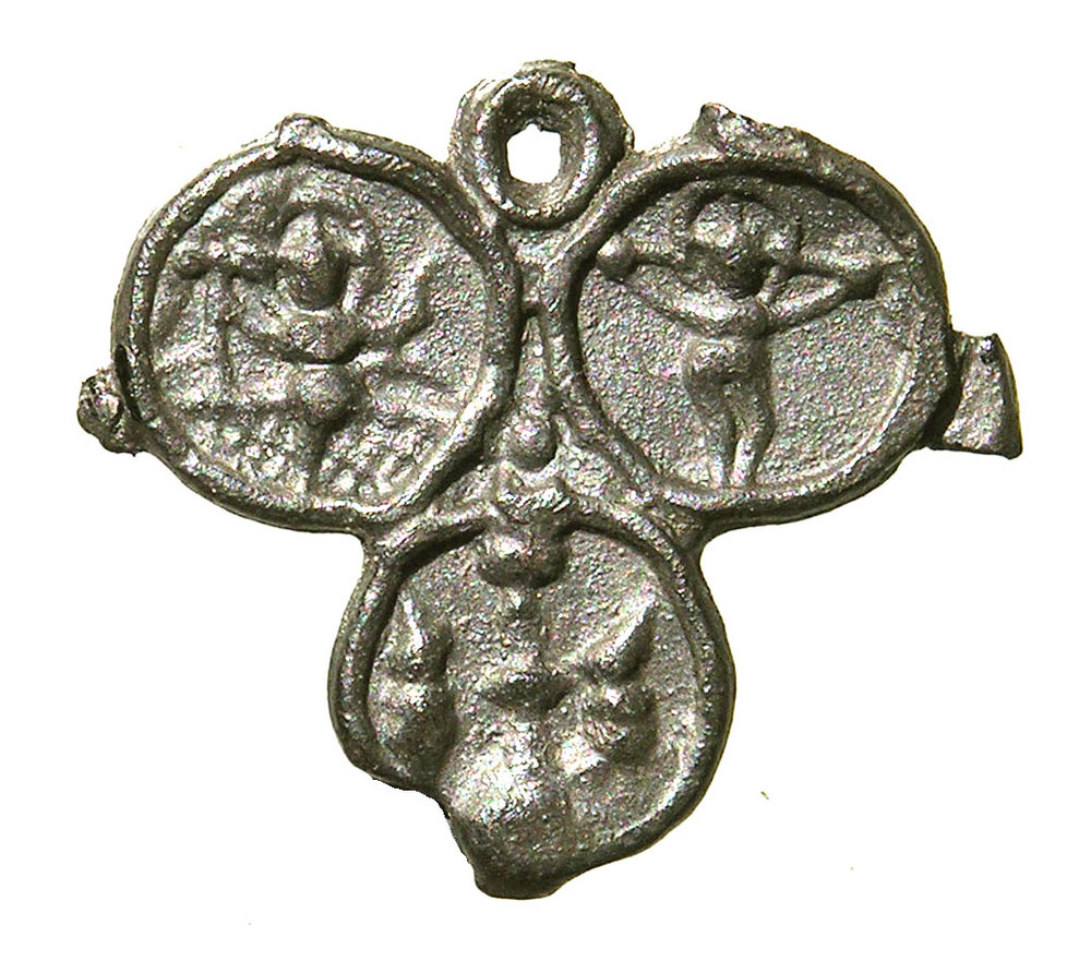 Fig. 3b: Badge with the three hosts, Wilsnack, found in Nieuwlande, lead-tin alloy, 26 x 30 mm, Van Beuningen family collection, inv. no. 1386 (HP1 135)
