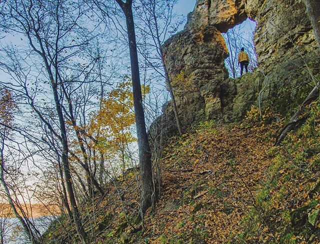 Snuck a quick hike along the Mississippi to seethe limestone arch, In-Yan-Teopa 🍂🍃🍁 . . . . .  #OnlyInMN #ExploreMN #ExploreMinnesota #MNStateParks #MinnesotaStateParks #MinnesotaExposure  #MinnesotaStateParks  #WomenWhoHike #WWHMember #FrontenacStatePark #InYanTeopa #RedWing #FallColors #MississippiRiver #Limestone
