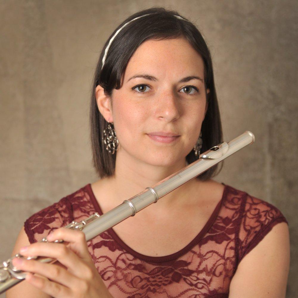 Julie Potvin - Originaire du Saguenay-Lac-Saint-Jean, Julie Potvin-Turcotte commence ses études musicales en flûte traversière au Collège d'Alma sous la tutelle de Manon Gaudreault. Elle poursuit son cheminement à l'Université Laval avec André Papillon, puis au Conservatoire de musique de Québec avec Jacinthe Forand, où elle obtient son Prix avec Distinction pour la Maîtrise. C'est au Diplôme d'études supérieures spécialisées en répertoire d'orchestre à l'Université de Montréal qu'elle complètera ses études sous la tutelle de Denis Bluteau. Afin de parfaire sa formation, Julie a pris part à des stages de perfectionnement dont l'Académie internationale de musique et de danse du Domaine Forget, le Centre d'Arts Orford, l'Orchestre National des Jeunes du Canada ainsi que l'Orchestre Académique National du Canada.Julie est la récipiendaire de la bourse d'excellence Hans-Jürgen Greif pour l'année 2014, décernée au meilleur finissant du Conservatoire de musique de Québec. De plus, elle a reçu la bourse des professeurs pour avoir obtenu la meilleure moyenne au niveau supérieur pour l'année 2013. Elle a participé au Concours de Musique du Canada en 2010 où elle a obtenu une bourse pour la 2e meilleure note à la finale provinciale du Québec chez les 18 à 30 ans, toutes catégories confondues, et une première position dans la catégorie 23 ans à la finale nationale. Julie a joué comme soliste avec l'Orchestre du Conservatoire de musique de Québec en 2013.Depuis les dernières années, Julie a joué à de nombreuses occasions comme deuxième flûte à l'Orchestre symphonique de Québec. Passionnée par l'enseignement, elle est professeure de flûte au niveau préconservatoire du Conservatoire de musique de Québec et elle enseigne également en privé et organise des petits ensembles de flûtes ainsi que des concerts.