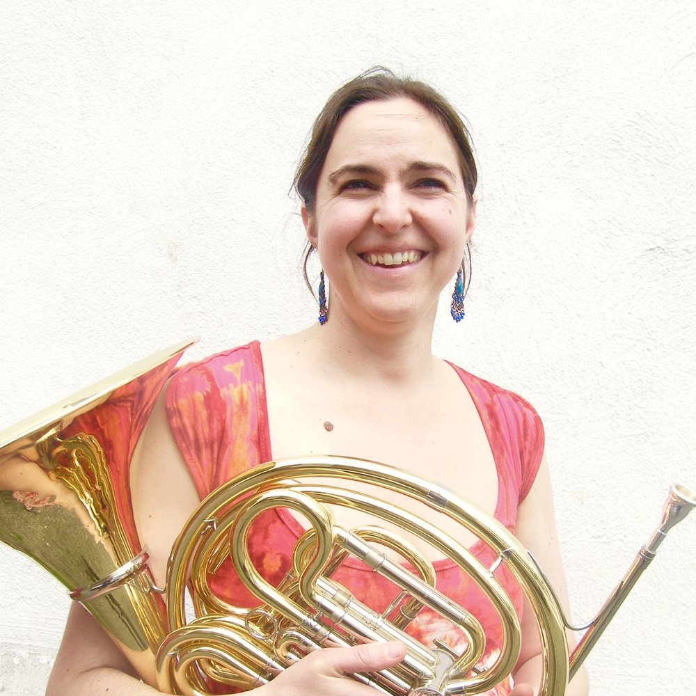 Elise Taillon-Martel - Née à Québec, Élise Taillon-Martel a débuté la pratique du cor à l'âge de 21 ans. Elle est titulaire d'un baccalauréat en interprétation de l'Université Laval, d'un diplôme en musique de chambre de Wilfrid Laurier University et d'une maîtrise en interprétation de Boston University. Elle a participé à de nombreux programmes d'été dont le National Academy Orchestra, en Ontario, et le Festival Ensemble Stuttgart, en Allemagne. Ses professeurs incluent Anne-Marie Larose, Nina Brikman et Eric Ruske. Depuis son retour à Québec en 2008, on a pu l'entendre dans de nombreux ensembles de la région, notamment avec l'orchestre symphonique de Québec et l'ensemble vent et percussion de Québec.