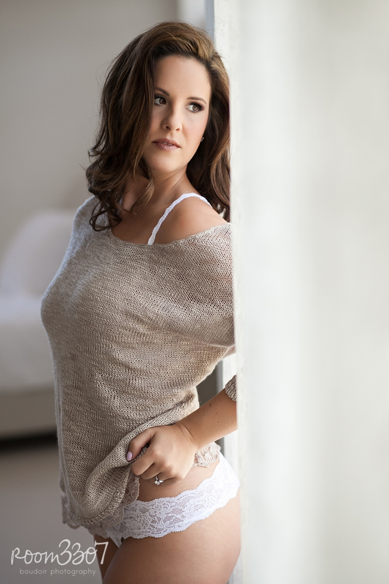 Sexy sweater, boudoir shoot with natural sweater. Boudoir photo shoot in Tampa, FL by Room 3307 boudoir photography. Hair and makeup by Jess Waldrop makeup artists.