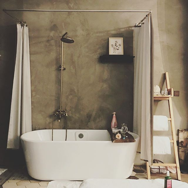 Travel tip: The first step when arriving after a long journey to your temporary home // get some fresh flowers, light incense, draw a bath and give yourself an oil massage. And drink lots of water and hot tea (preferably peppermint or goji berry to help you detox from the trip) more tips coming on @liveritual site! #traveltips #arrivalritual