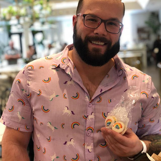 Our Macs look good on you! Match our macarons to your outfit this weekend and we'll give you a 10% discount! #happypride🌈 #nolapride #nolavegan #macarons #pridemacarons #macandmoon #ahmkt #karmacarons