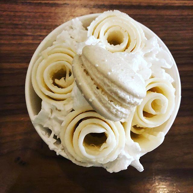 Vanilla✨whipped cream✨wedding cake Mac 🤩 #veganmacaronshop #veganrolledicecream #glutenfreevegan #vegannola #macandmoon #ahmkt