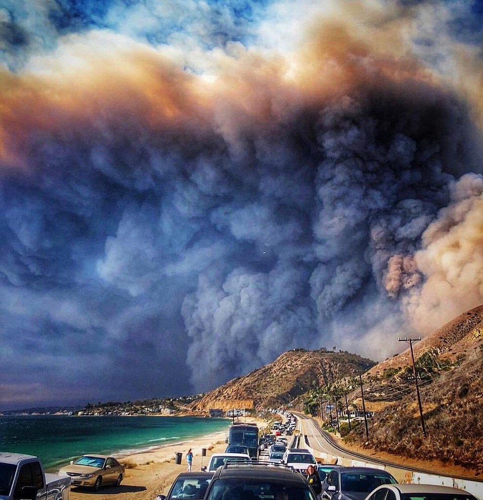 Image: The Woolsey Fire burning toward Malibu, creating billowing clouds of toxic smoke and ash travelling for thousands of miles. Protecting yourself with this DIY air filter for smoke and smog is so important for your long-term health!