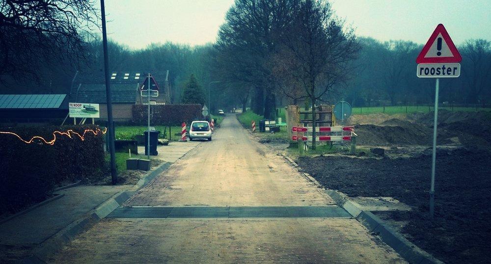 De roostergoot in de Lentsesteeg om het afstromende hemelwater vanaf Veluwe af te vangen.