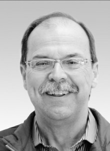 Za. Hermann Loos   Studium in Jena und Dresden, 1980 Approbation, 1985 Facharzt für allg. Stomatologie, 1980 – 1991 angestellter Zahnarzt, Ab 1991 niedergelassen in eigener Praxis, Ab 2000 CEREC 3DAnwender, Referent auf nationalen und internationalen Tagungen, Anwendungstester für Sirona und VITA, Autor zum Thema CEREC und CAD/CAM.