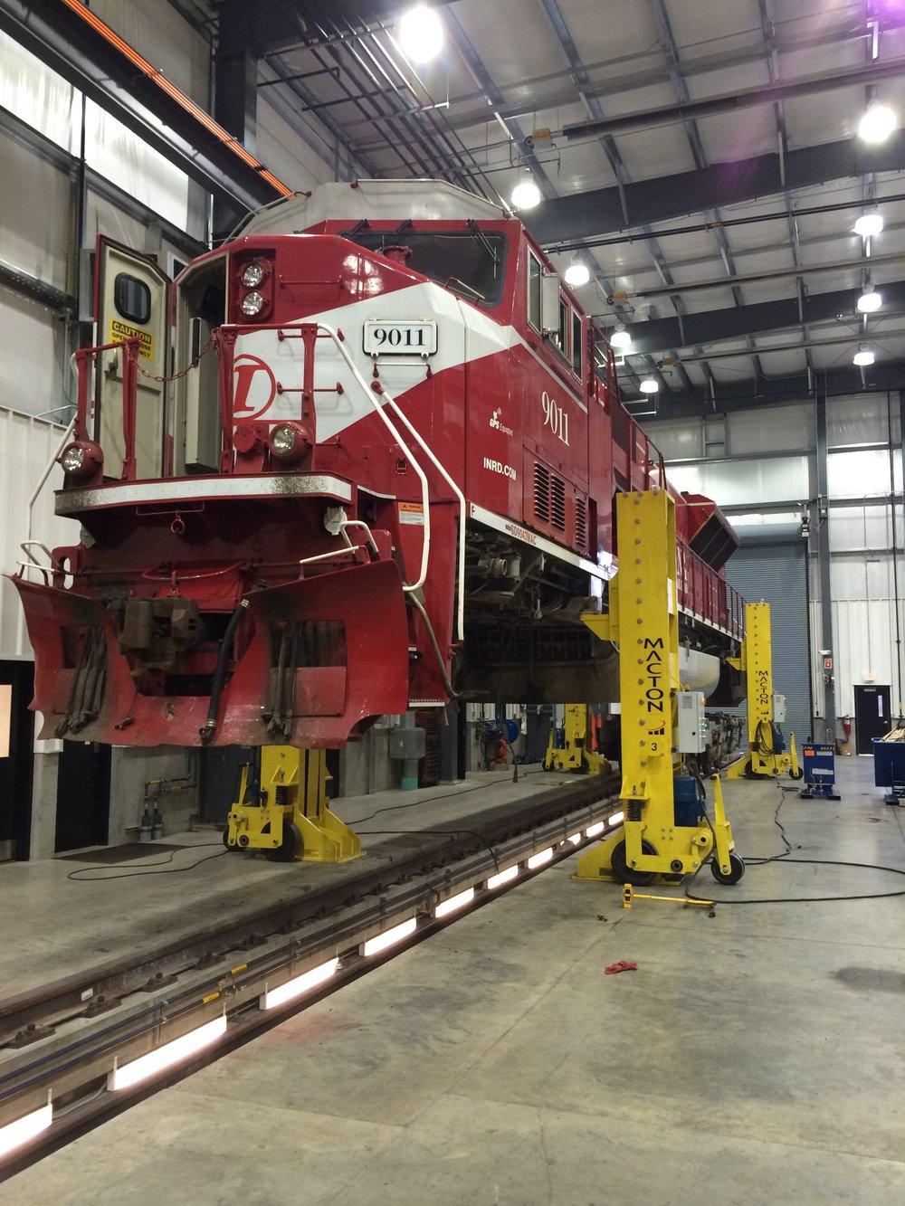 Macton 50T Extended Lift Jacks Lifitng SD90 Locomotive.JPG
