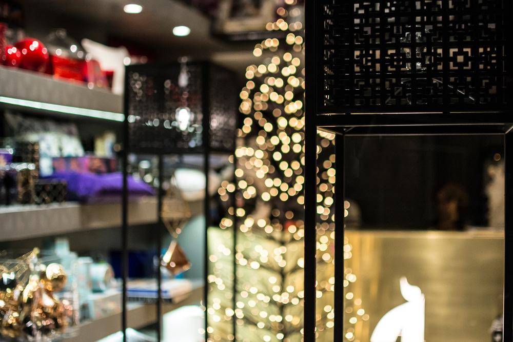 2-Decorazioni-Natale-festivita-in-arrivo-negozio-A-la-Page-Roma-Eur-Arredamento-Articoli-regalo.jpg