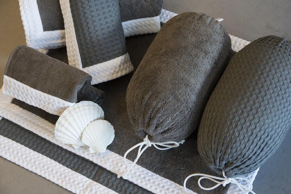 1-Biancheria-accessori-coordinati-per-barca-yacht-su-misura-personalizzata-lenzuola-asciugamani-accappatoi-borse-da-cabina-da-mare-A-la-Page-Roma.jpg