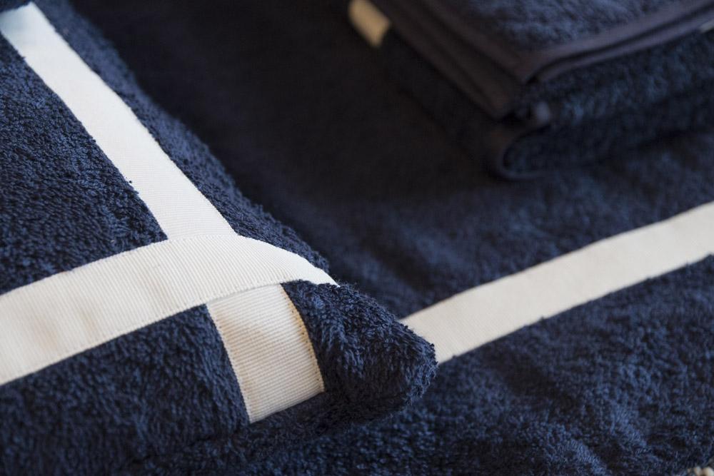 6-Biancheria-accessori-coordinati-per-barca-yacht-su-misura-personalizzata-lenzuola-asciugamani-accappatoi-borse-da-cabina-da-mare-A-la-Page-Roma.jpg