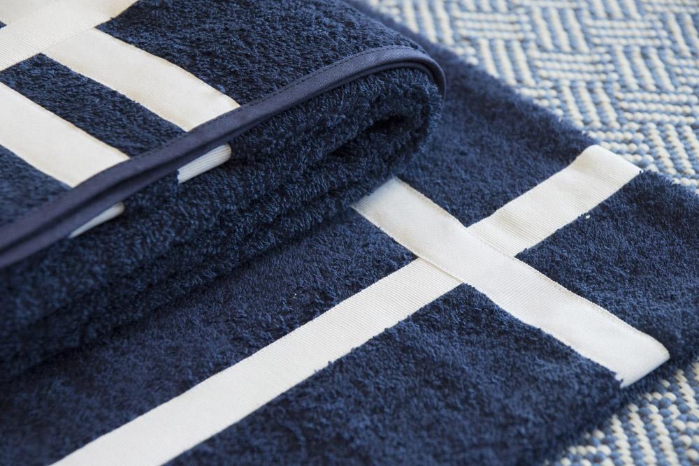 8-Biancheria-accessori-coordinati-per-barca-yacht-su-misura-personalizzata-lenzuola-asciugamani-accappatoi-borse-da-cabina-da-mare-A-la-Page-Roma.jpg