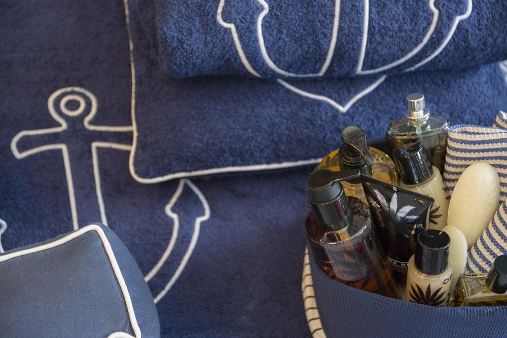 12-Biancheria-accessori-coordinati-per-barca-yacht-su-misura-personalizzata-lenzuola-asciugamani-accappatoi-borse-da-cabina-da-mare-A-la-Page-Roma.jpg