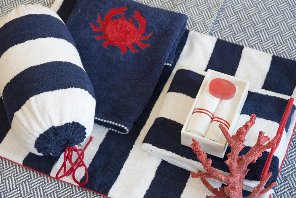 13-Biancheria-accessori-coordinati-per-barca-yacht-su-misura-personalizzata-lenzuola-asciugamani-accappatoi-borse-da-cabina-da-mare-A-la-Page-Roma.jpg