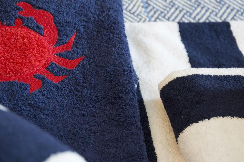 14-Biancheria-accessori-coordinati-per-barca-yacht-su-misura-personalizzata-lenzuola-asciugamani-accappatoi-borse-da-cabina-da-mare-A-la-Page-Roma.jpg