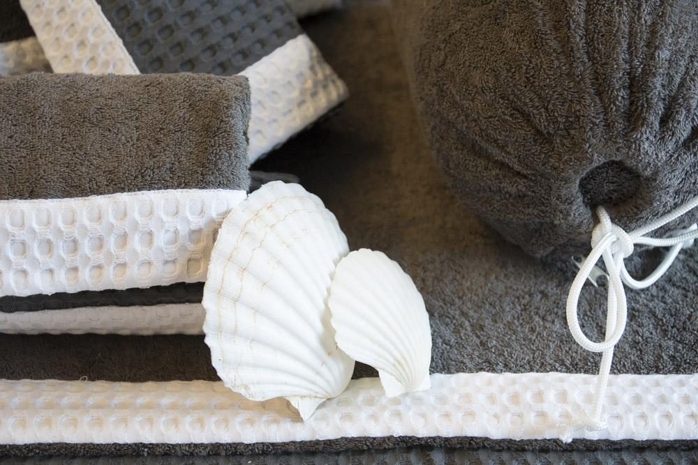 2-Biancheria-accessori-coordinati-per-barca-yacht-su-misura-personalizzata-lenzuola-asciugamani-accappatoi-borse-da-cabina-da-mare-A-la-Page-Roma.jpg