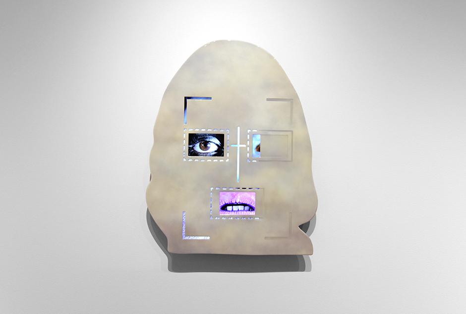 """""""0l_lo""""-Tony-Oursler-2016-91-x-74-cm-aluminio-pintura-pantalla-sistema-de-reproducción-de-video-y-sonido.jpg"""