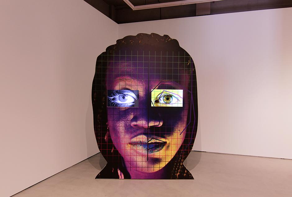 """Sel""-Tony-Oursler-2016-63-x-95-cm-c-print-sobre-dibond-bastidores-de-madera-dos-smart-TV-contrapesos-sistema-de-reproducción-de-video-y-pintura.jpg"