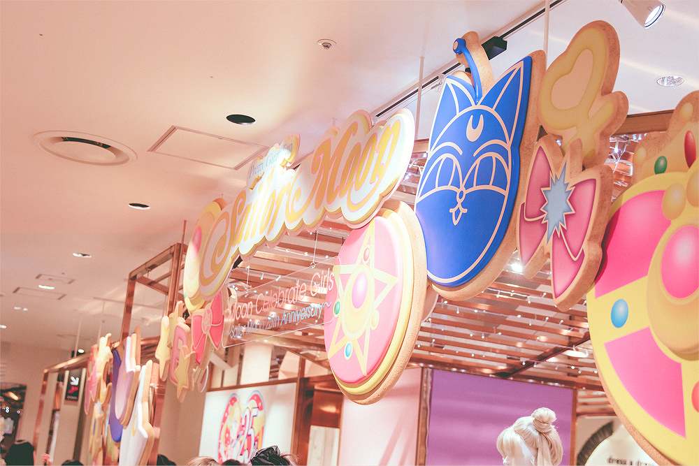 The displays were based off of Megahouse's Charm Patisserie cookie charms that debuted in 2015.