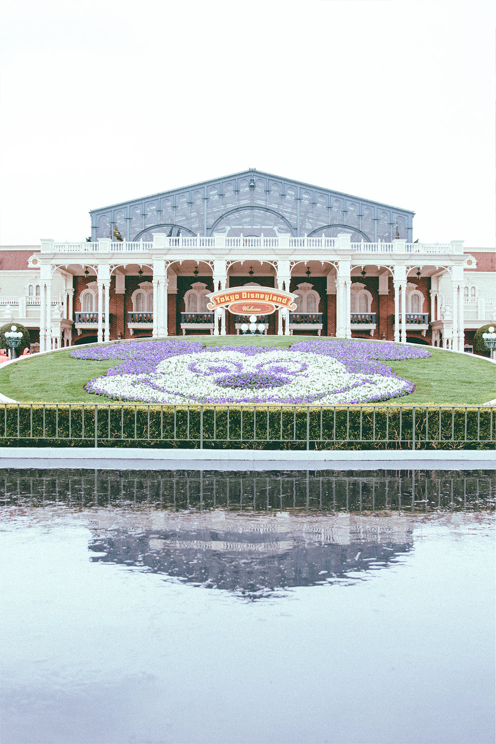 This is actually the first time I've ever seen the topiary Mickey without any promotional statue!